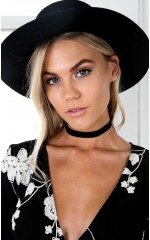 Round Your Neck choker in black velvet