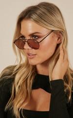 Quay - Little J sunglasses in black and peach