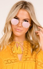 Runaway Girl sunglasses in gold and pink